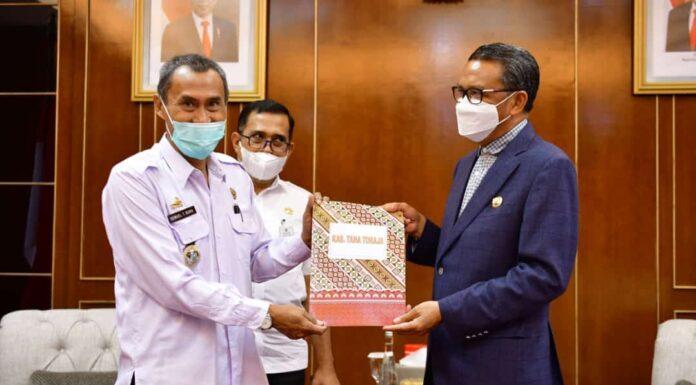 Sekda Samuel Tande Bura terima SK Plh dsri Gubernur Sulawesi Selatan Prof Nurdin Abdullah